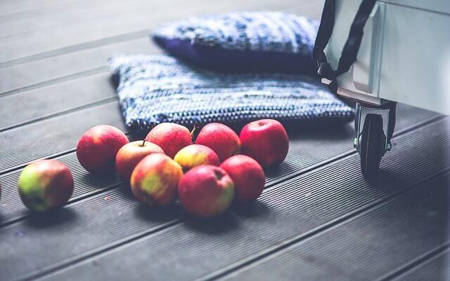 Jabłka rozsypane na ziemi
