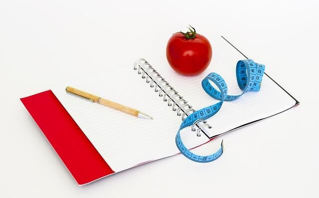 Notes z centymetrem i jabłkiem