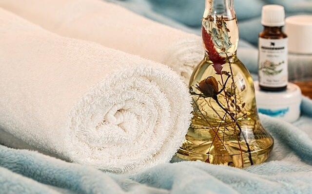 Olejek do masażu i ręcznik