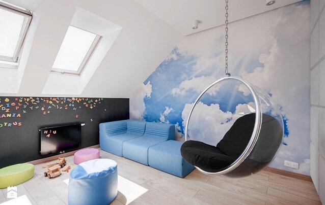 Pokój dziecka z tapetą w chmury