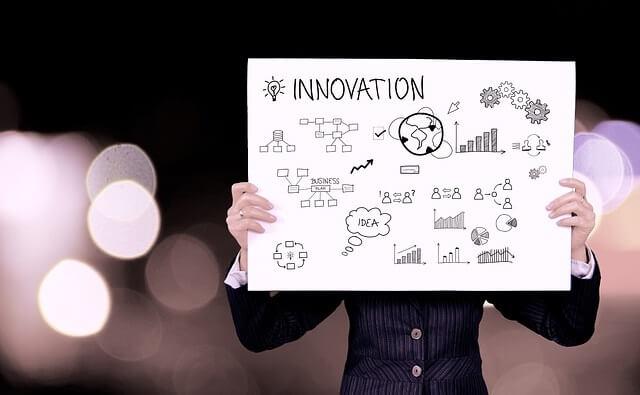Kobieta z kartką papieru - pomysł na biznes