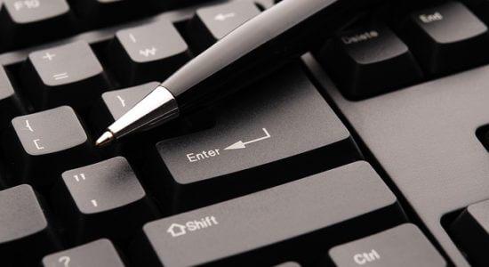 długopis na klawiaturze