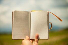 Notes trzymany w dłoni
