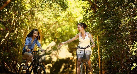 Dwie dziewczyny jadęce rowerem