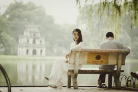 Kobieta i mężczyzna na ławce