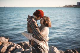 Kobieta i mężczyzna, którzy się przytulają
