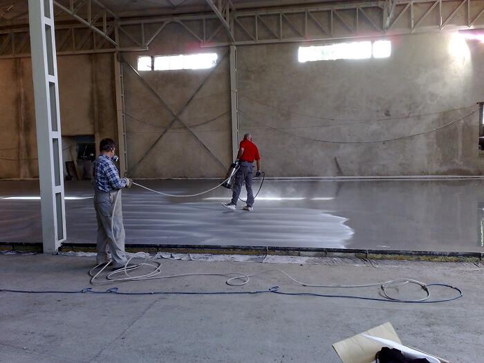 posadzka przemysłowa z betonu w magazynie