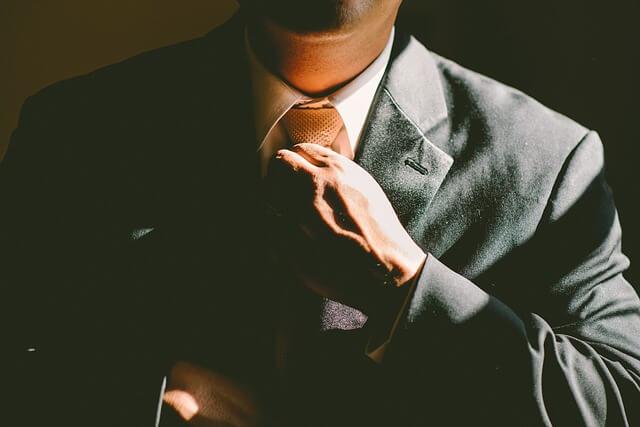 meżczyna z krawatem