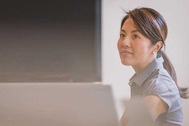 pracownik kobieta przy biurku