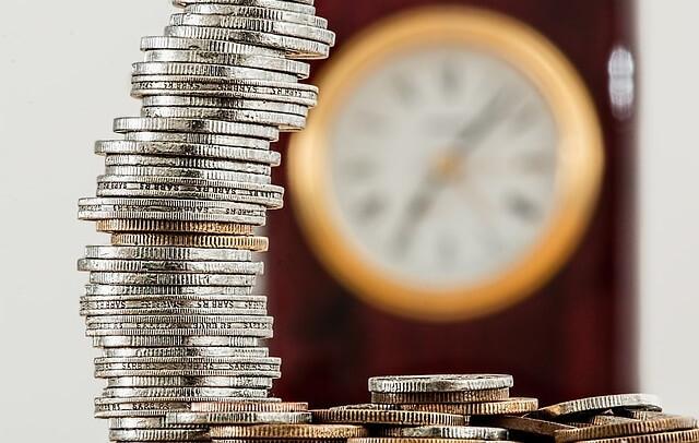 Stos monet i zegar