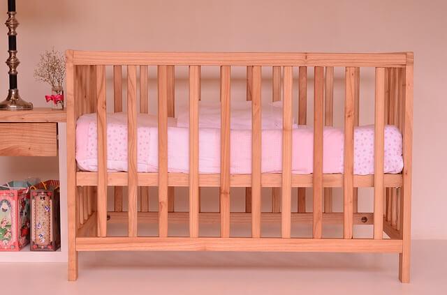 Łóżeczko z różowym materacem