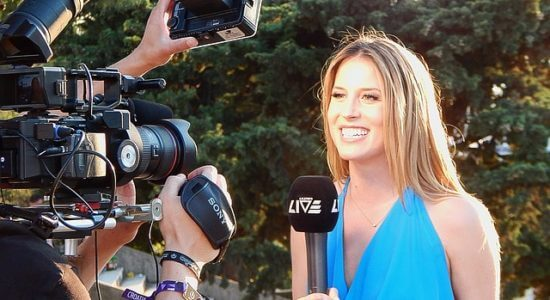 Dziennikarka występuje przed kamerą