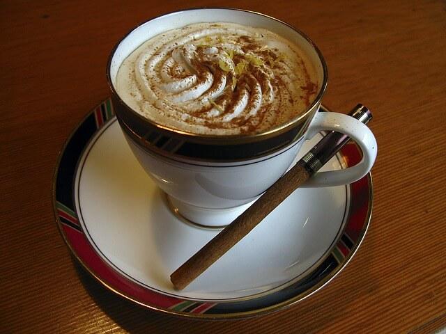Kawa z pianka w ozdobnej filiżance