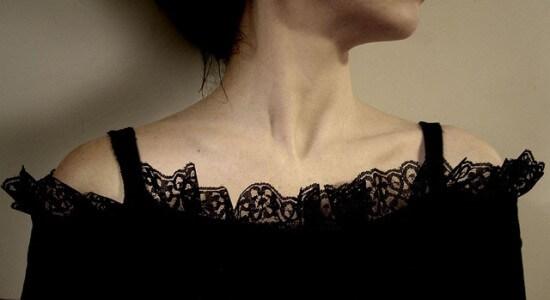 Kobieta w koronkowej sukience w stylu gotyckim