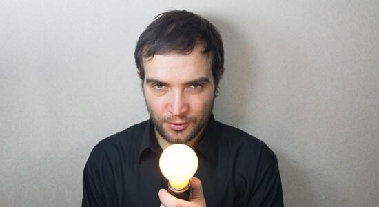 Człowiek trzymający zapaloną żąrówkę