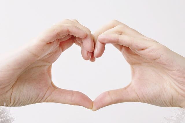 Złączone dłonie tworzą symbol serca