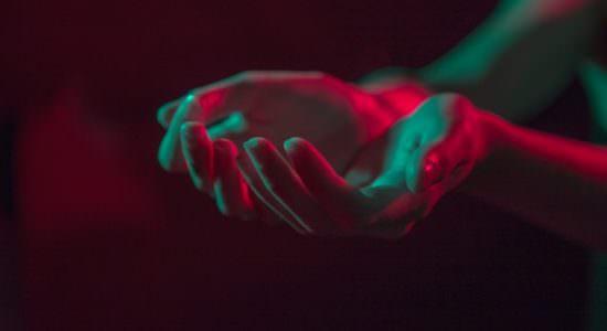 Złączone dłonie w geście oddania