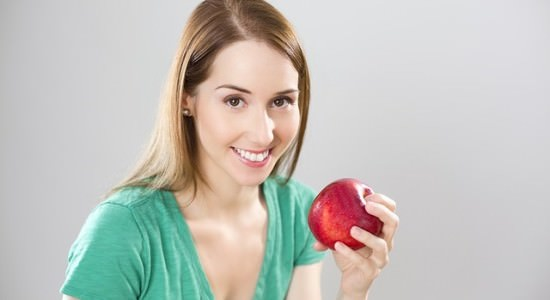 Kobieta trzymająca jabłko