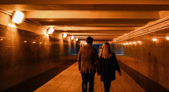 Kobieta i mężczyzna idący tunelem