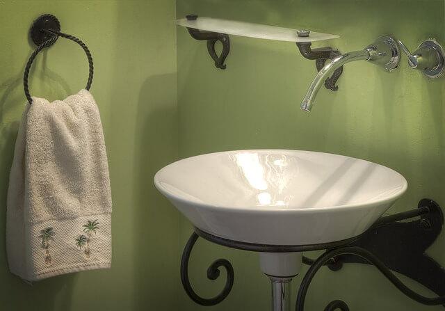 Łazienka pomalowana na kolor zielony