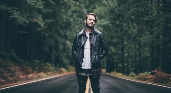 Mężczyzna stojący na drodze