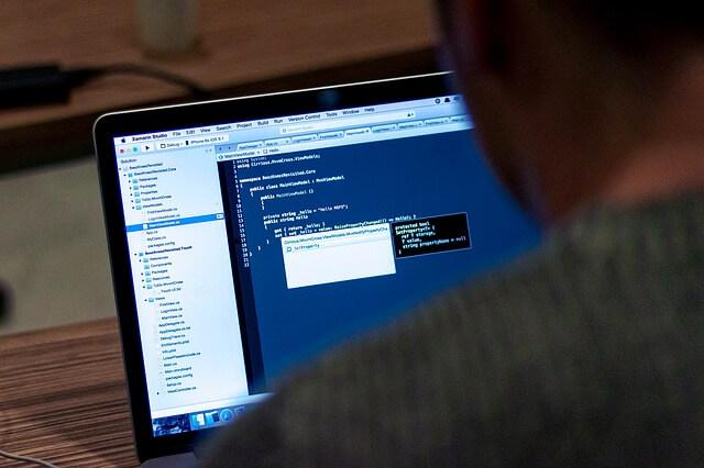 Mężczyzna siedzi przy ekranie monitora