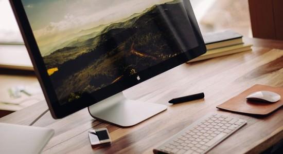 Monitor z wyświetlaczem przedstawiającym krajobraz
