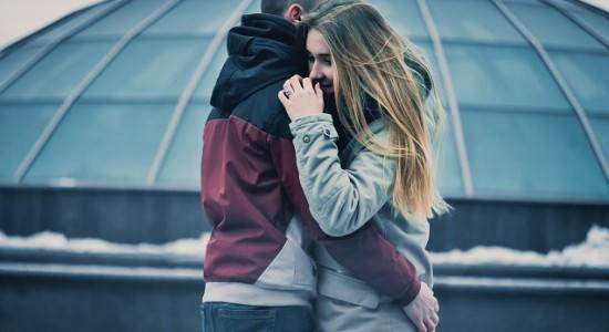 Przytulająca się para ludzi