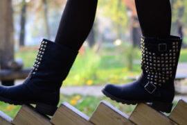 Nogi w botkach i czarnych rajstopach