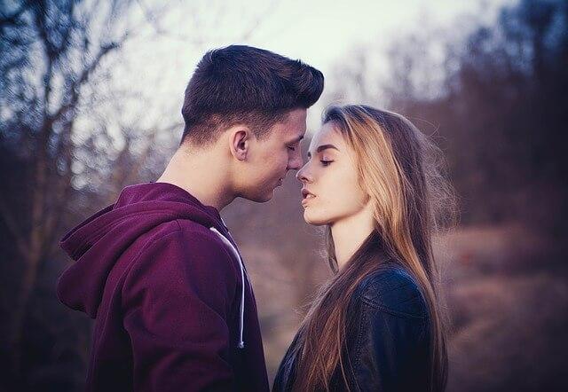 Całująca sie para