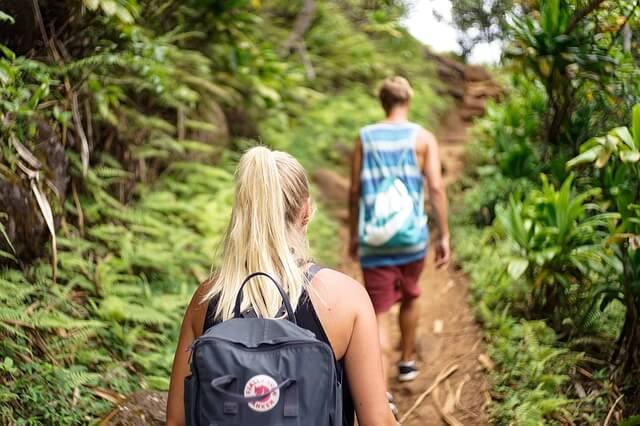 Chłopak i dziewczyna idą ścieżką