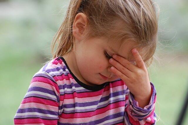 dziewczynka, którą boli głowa