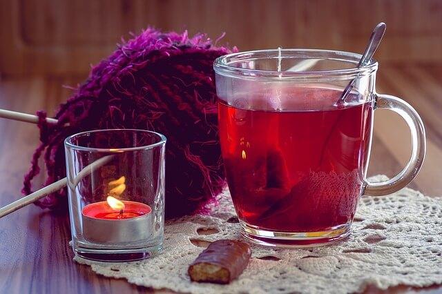 zimowa herbata malinowa w kubku