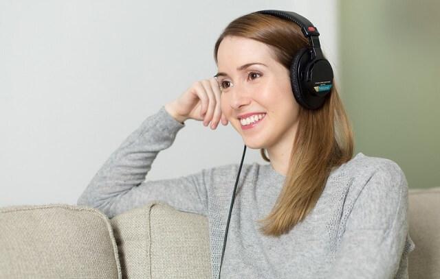 Kobieta ze słuchawkami na uszach