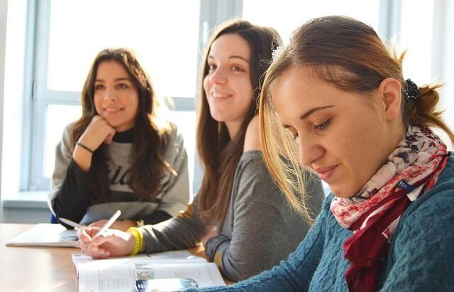 Grupa uczących się osób