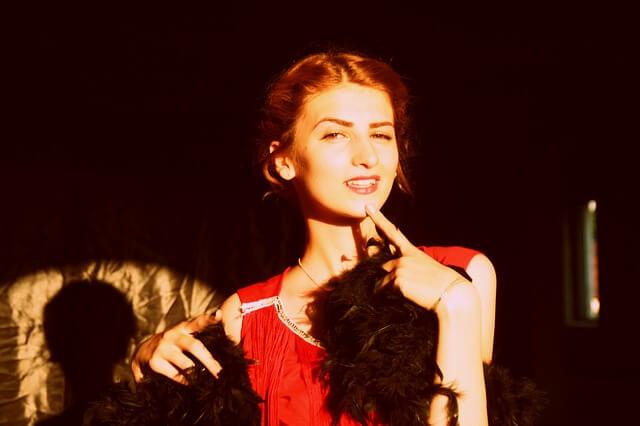 Kobieta w czerwonej sukni z boa