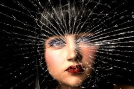 Twarz kobiety w pajęczej sieci