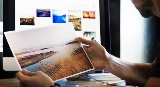 Grafik komputerowy trzyma fotografię