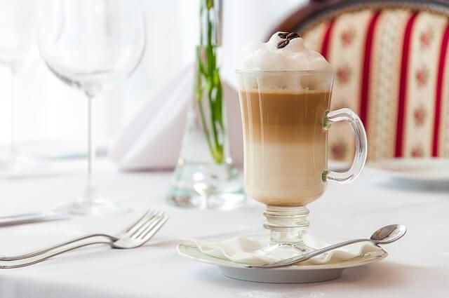 Kawa latte na stole