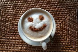 Kawa z uśmiechem na piance