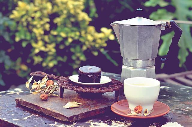Kawiarka z filiżanką na stole