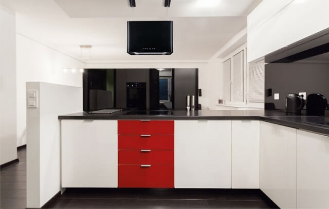 Czerwona szafka w kuchni