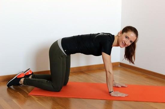 kobieta ćwicząca pompki