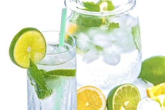 Szklanka z wodą mineralną