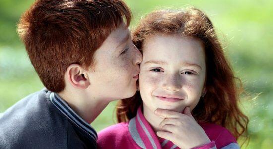 Chłopiec całuje dziewczynę