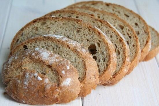 chleb pokrojony na kromki
