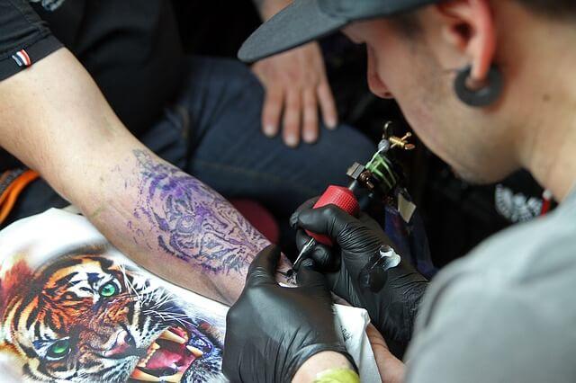 wykonywanie tatuażu