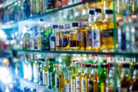 Butelki z alkoholem na szklanych półkach