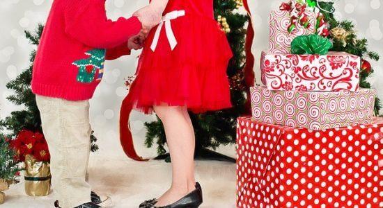 chłopiec i dziewczynka w święta z prezentami