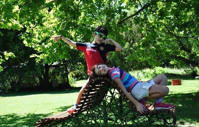 Dzieci siedzące na ławce